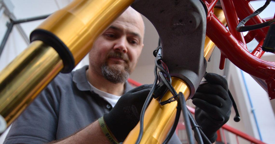 meccanico victory al lavoro su una forcella moto Ducati
